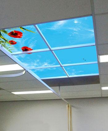 Plafond met wolkenfoto en verlichting